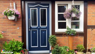 farbige Haustür in Nachtblau
